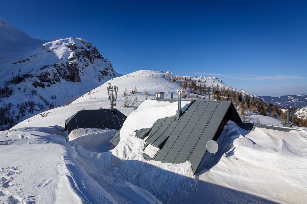 Letos je kar nekaj snega. V bistvu so koče pokrite do strehe in preko.