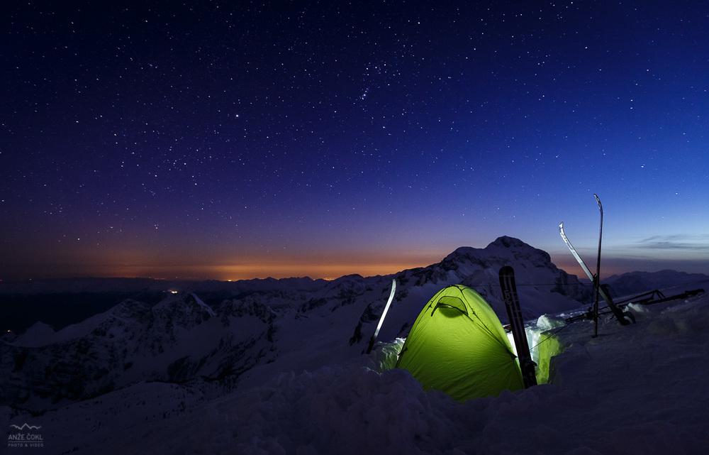 Spalnica pod milijardami zvezd in s pogledom na Triglav. Ni slabo, sploh ne.