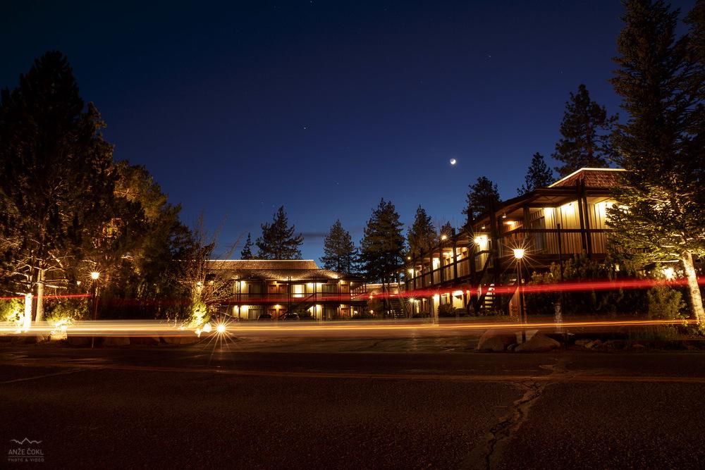 Nočni pogled na hotel.