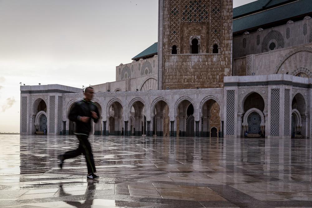 Tekanje pred mošejo v Casablanci, Maroko.