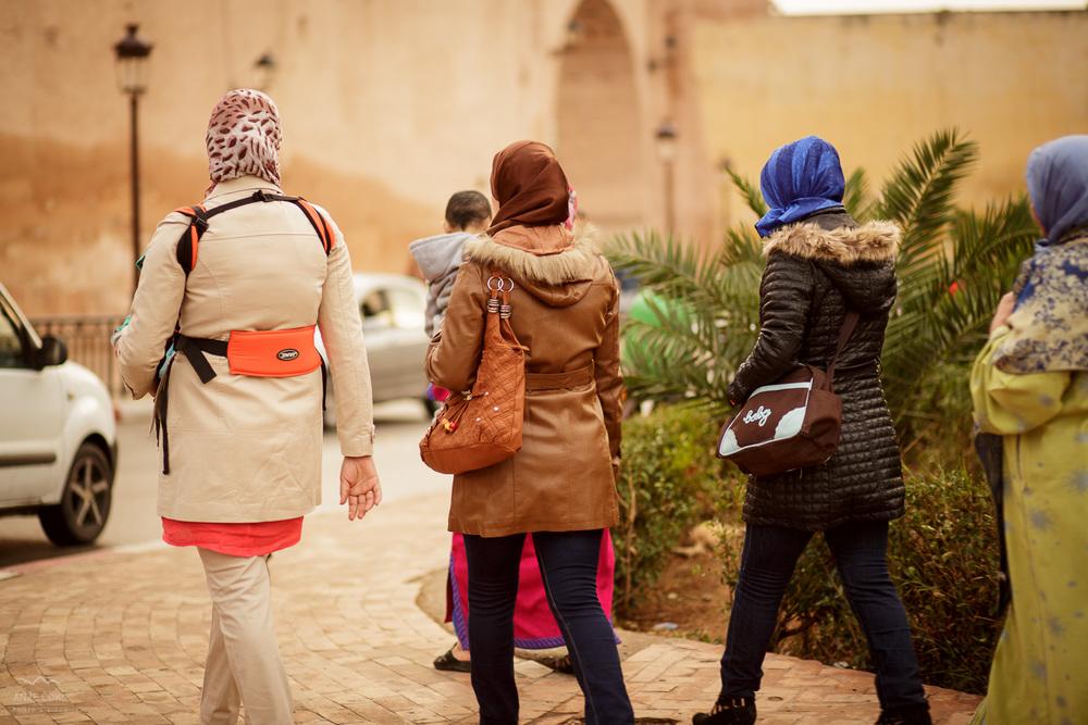 Lokalni in tuji turisti si ogledujejo znamenita prastara mestna jedra.