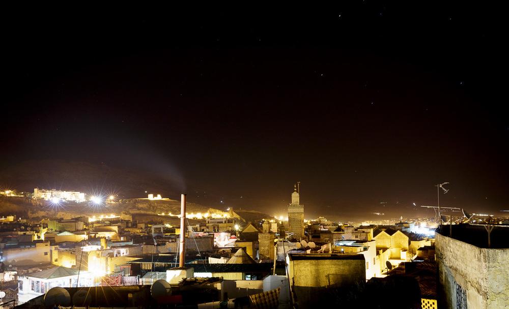 Maroško nebo nad mestom ponoči.