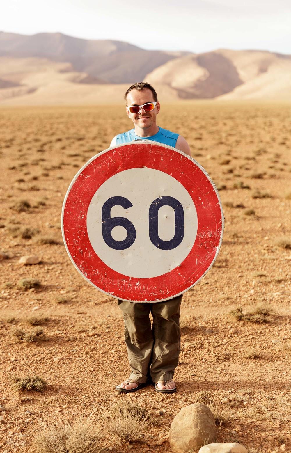 Prometni znak s sodobnim načinom opozarjanja voznikov.