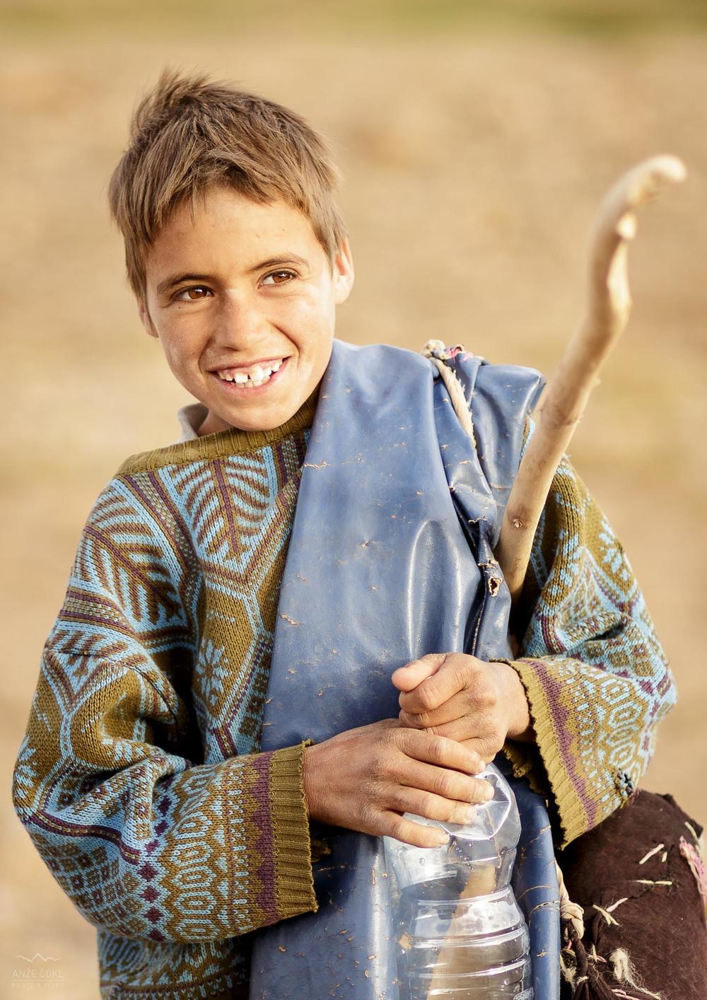 Na prvi pogled simpatičen pastir. V resnici mlad zlikavec in živi nategun.