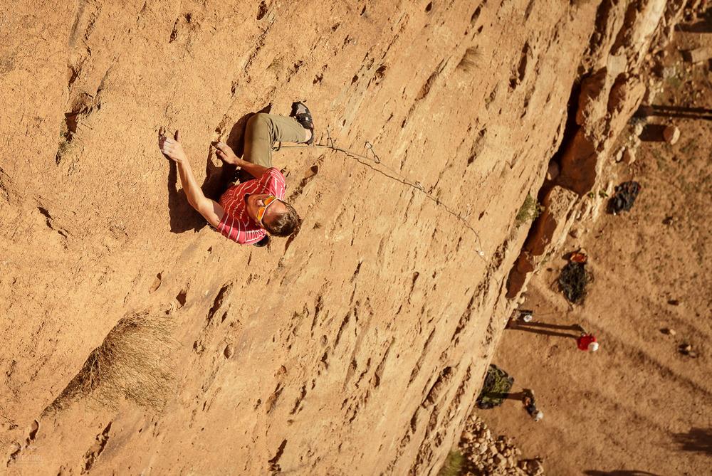 Idealno plezanje v rdečem apnencu kanjona v Maroku.