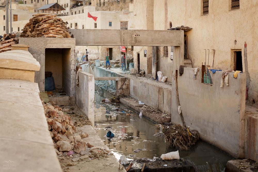 Nepopisna svinjarija in onesnaženje v mestu Fes, nedaleč stran od predelovalnice usnja izživalskih kož vseh sort.