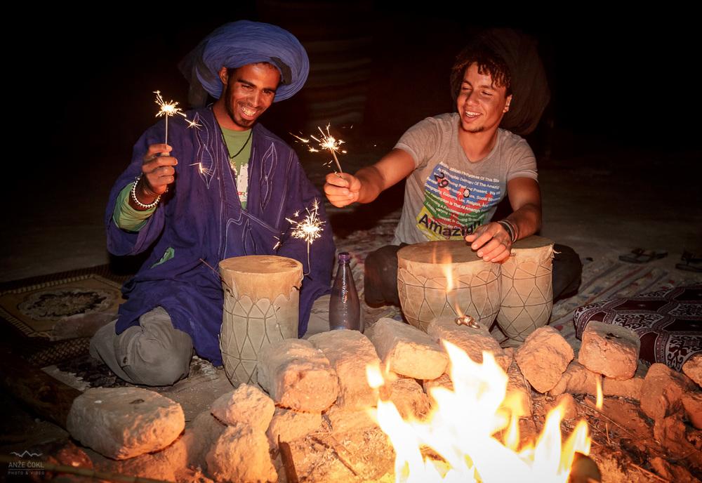 Abdul (na levi) praznuje svoj rojstni dan ob ognju pod zvezdami.