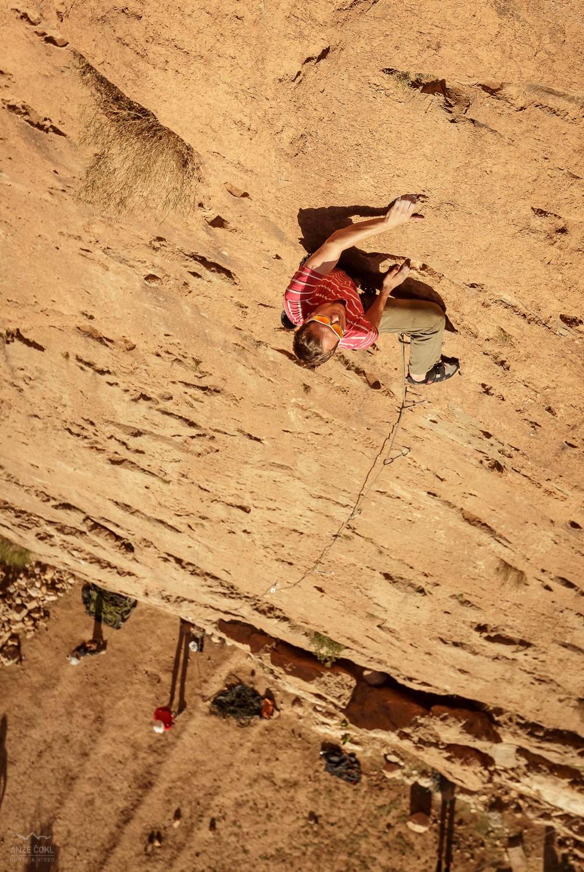 Dolge (30-45 m) smeri v perfektnem, hrapavem in čvrstem rdečem apnencu!