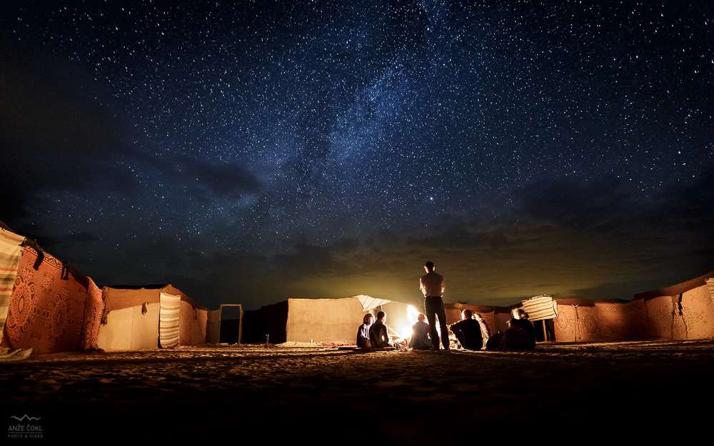 Ogenj v taboru med puščavskimi sipinami globoko v saharski puščavi pod milijardami zvezd!