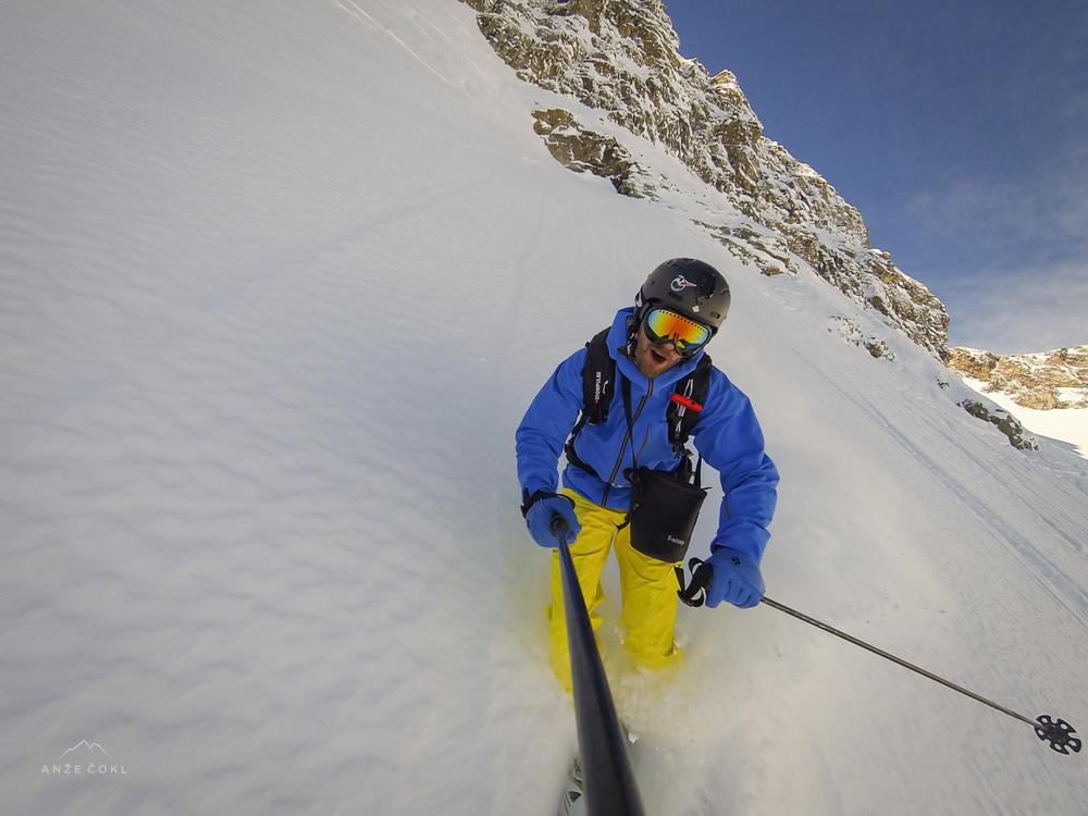 Vriskanje in tuljenje ob zavojih v globokem snegu.
