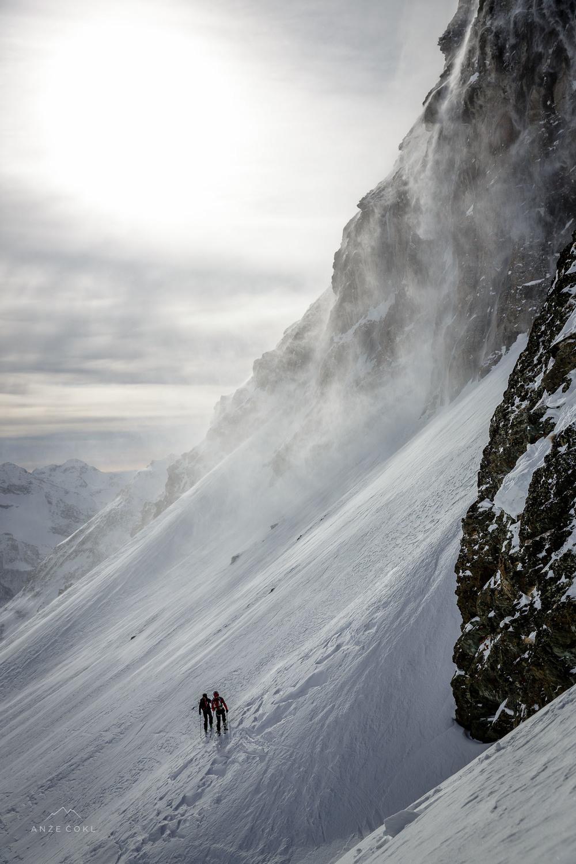Ob močnem vetru so privetrna pobočja v samo nekaj urah spremenila svojo podobo, čez stene pa so se valili plazovi pršnega snega.