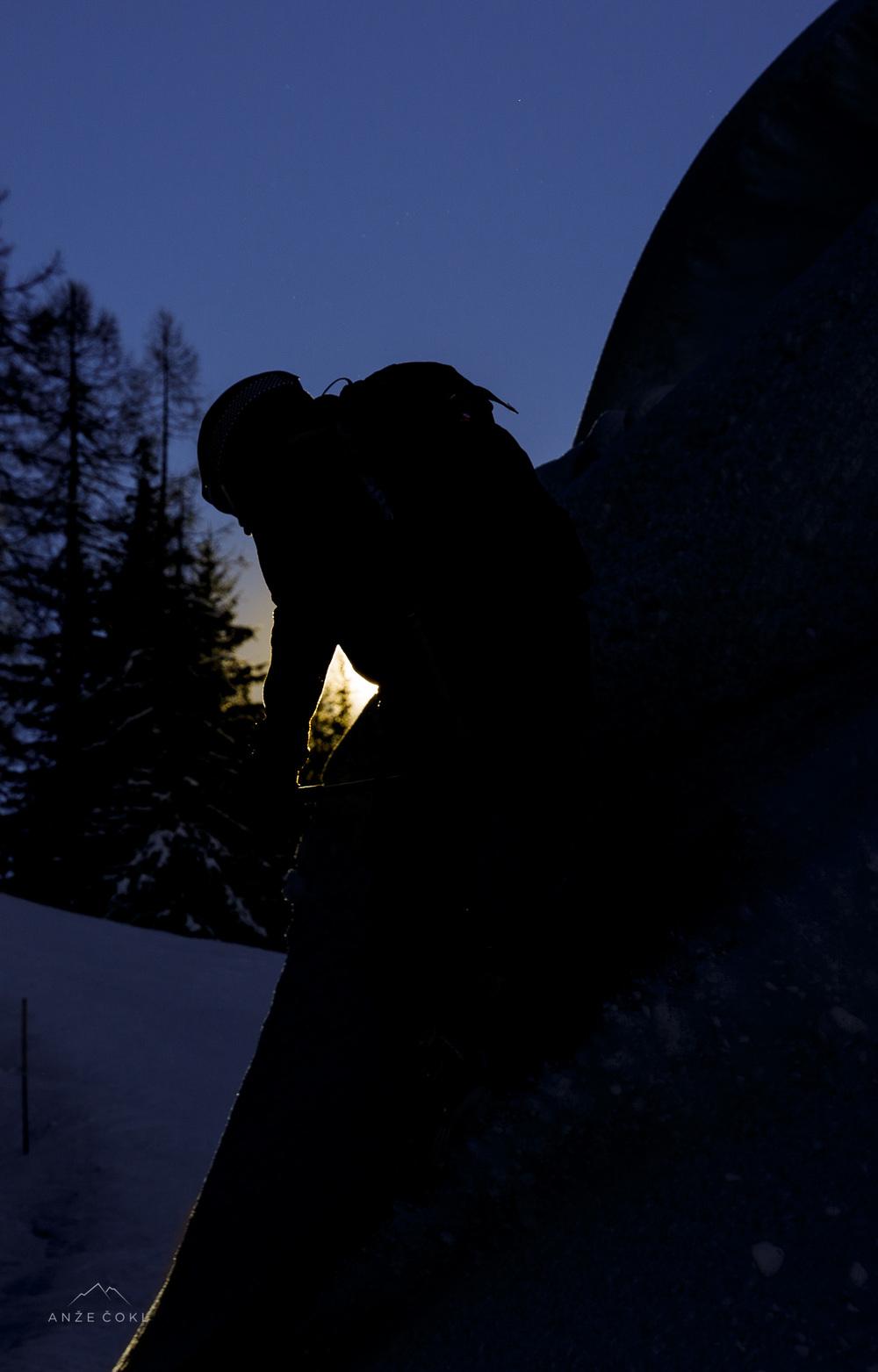 Strmi zavoji čez napihane kupe snega ob poznopopoldanskem zimskem soncu.
