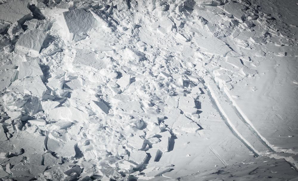 Reagiral sem nagonsko in še preden bi me težki skladi zbitega snega klože potegnili medse - spustil smuk in se ognil premikajoči se masi.