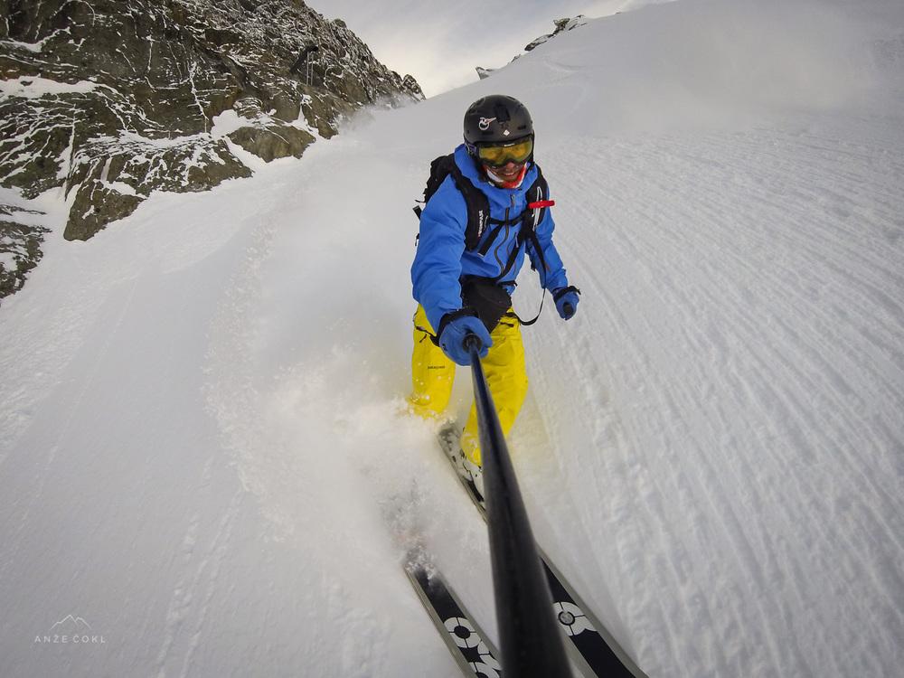 Edini recept, da v preko meter globokem snegu ne potoneš so široke smuči in velika hitrost.