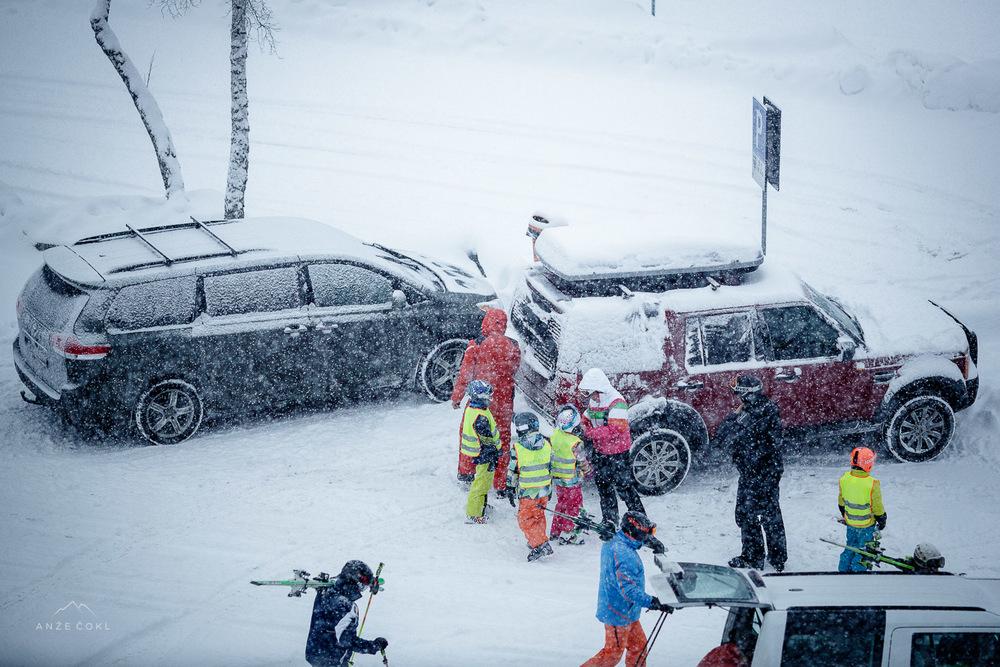 V Sloveniji se ob sneženju zapirajo šole in vrtci in je razglašena Snežna Apokalipsa, v Alpah se gredo 4 leta stari malčki učit smučat.