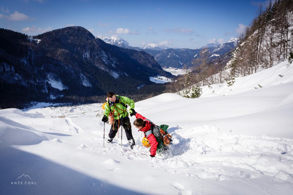 Pomoč prijatelju v stiski ali kako se lahko do pasu vgrezneš v gnil sneg in padeš med balvana.