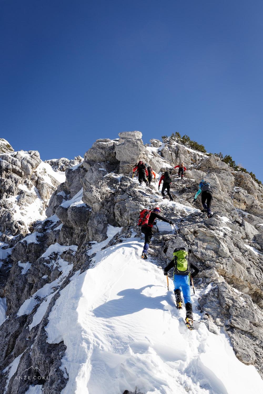 Po skalnem grebenu naprej do vrha Vrtaškega slemena.
