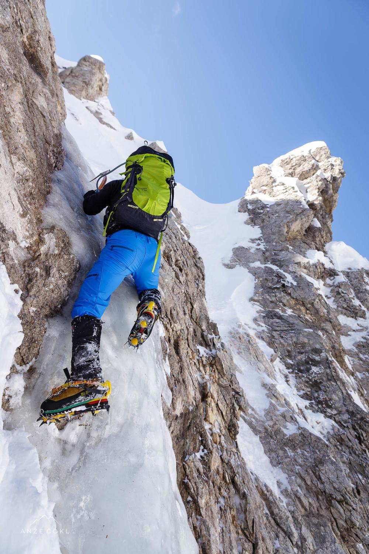 Dušan v ledenem skoku ob izteku grape na pobočje, ki vodi na greben Vrtaško sleme - Kukova špica.