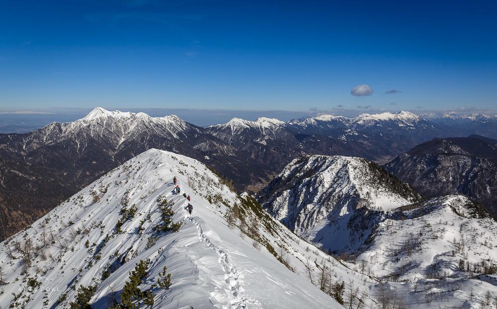 Z Votlega slemena z veličastno panoramo sestopamodo pričetka plavanja v globokem snegu po levem grebenu nazaj do Skočnikov