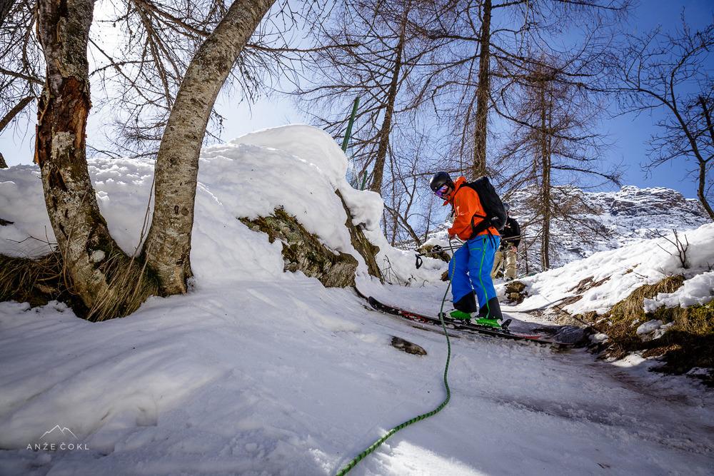 Vrv za pomoč pri spustu v strmem gozdu.