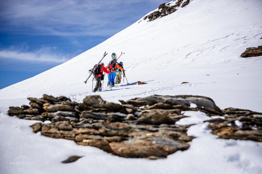 Na osojah se je sneg hitro preobražal, a je bilo potrebno vseeno gazit.