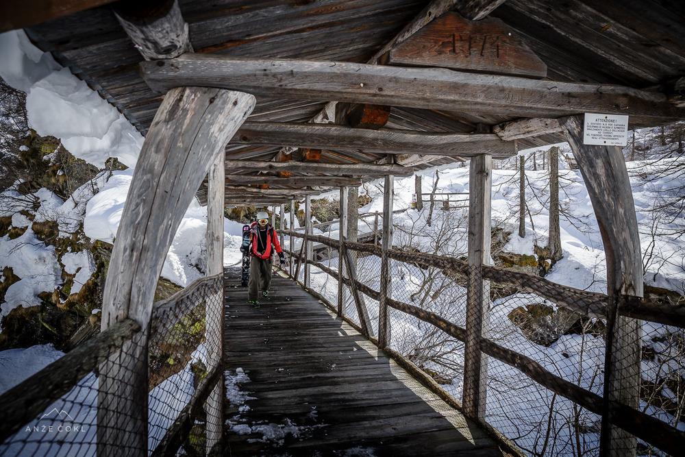 Most, ki povezuje dve občini. In naša pot z gora nazaj v civilizacijo...