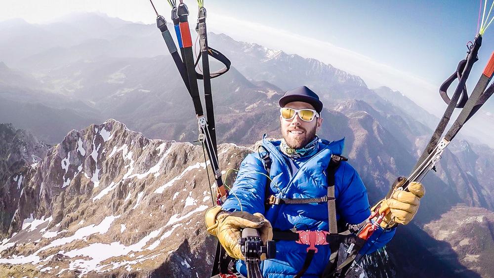 Do Storžiča (2132 m) v ozadju in naprej visoko na modro nebo.