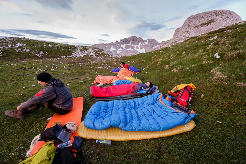 Dobro jutro družba! V ospredju pa najboljša spalna vreča vseh časov - Spoonbil.