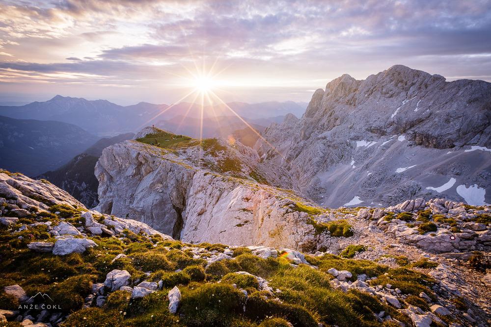 Prijatelji v soju vzhajajočega soncas pogledom na kraljestvo zlatoroga pripravljajo nahrbtnike za nadaljevanje poti.