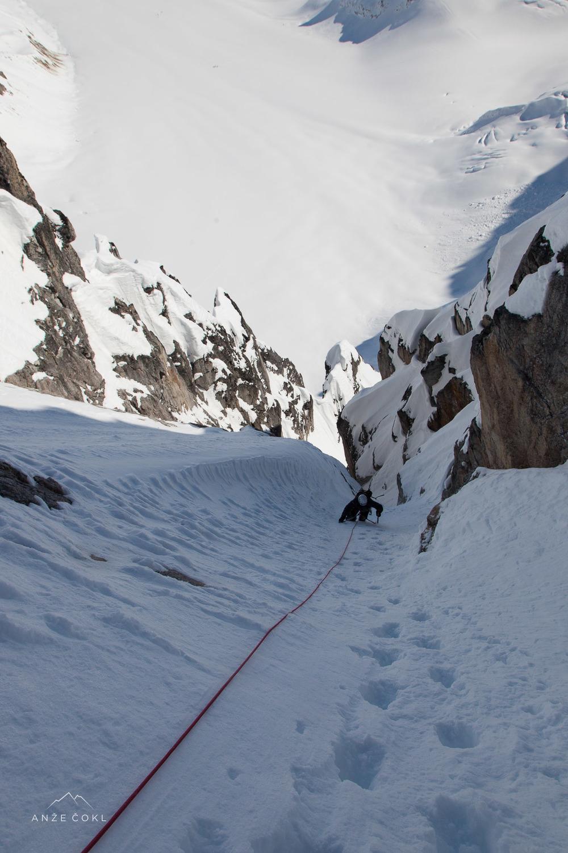 V zgornjem - lažjem delu smeri pod grebenom.