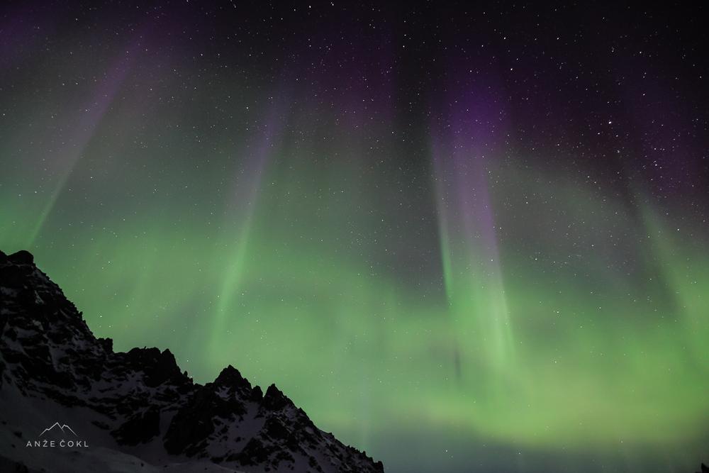Aurora Polaris oziroma pojav severnega sija na Aljaski, po katerem je naš film dobil ime.