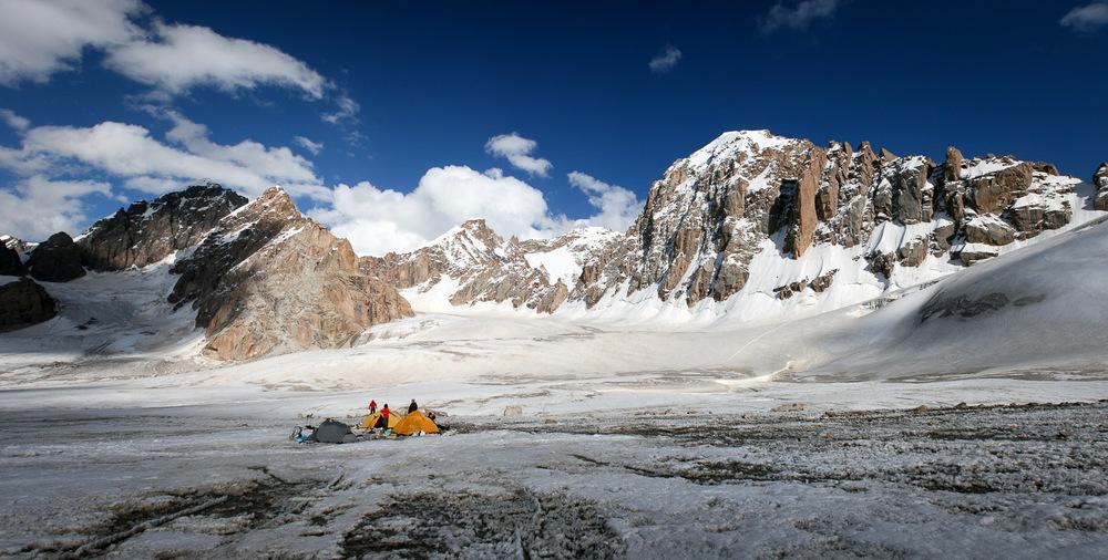 Napredni bazni tabor ABC na 4447 m na ledeniku Fersmana. Foto: Jaka Ortar