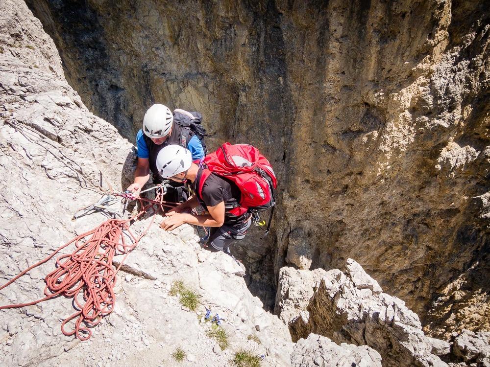 Sestop po vrvi oziroma abzajl je najbolj pogost način sestopa s strmih stolpov