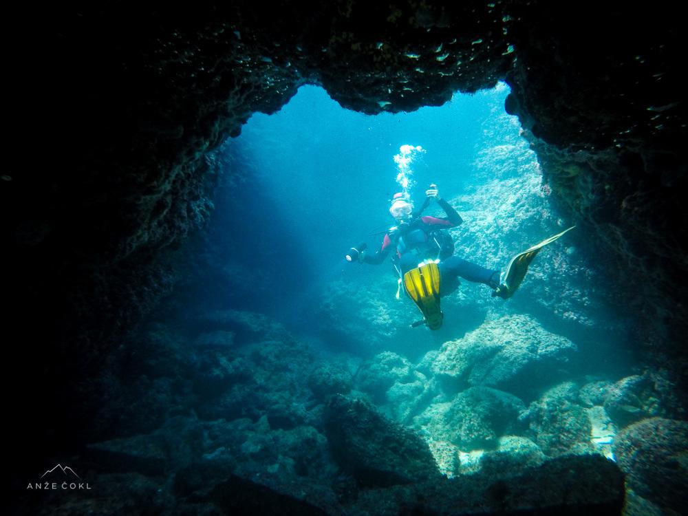 Igrivo plavanje skozi jame in podvodne preduhe ter kanjone.