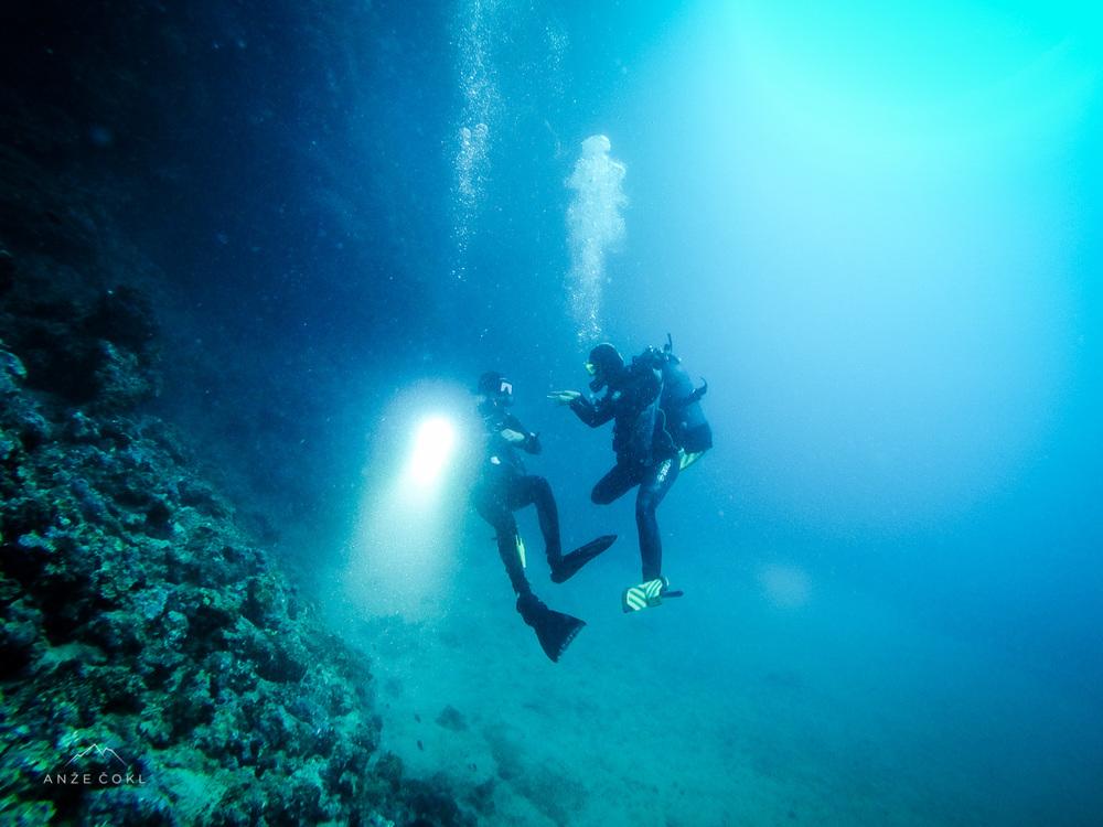 Tu na 25 m smo se s podvodnimi znaki vse zmenili... Tisti z bolj umirjenim dihanjem naprej, drugi nazaj.