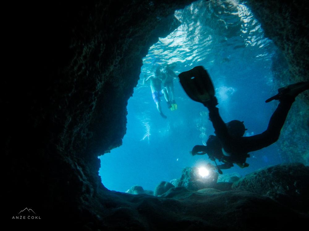 Pogledali smo tudi jamo v katero lokalci in poznavalci priplavajo okrog rta.