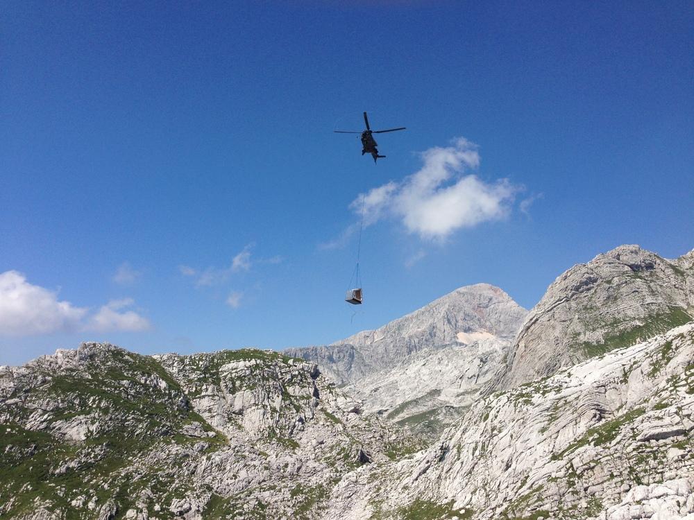 Montaža s helikopterjem slovenske vojske. Foto: Arhiv OFIS Arhitekti