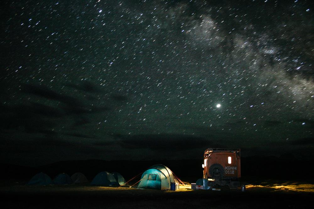 Prva noč nad 3000 metri na poti do baznega tabora pod milijardami zvezd. Foto: Jaka Ortar
