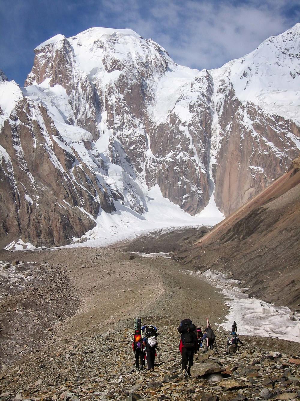 Triindvajset kilometrski dostopni marš do naprednega tabora na ledeniku (ABC).