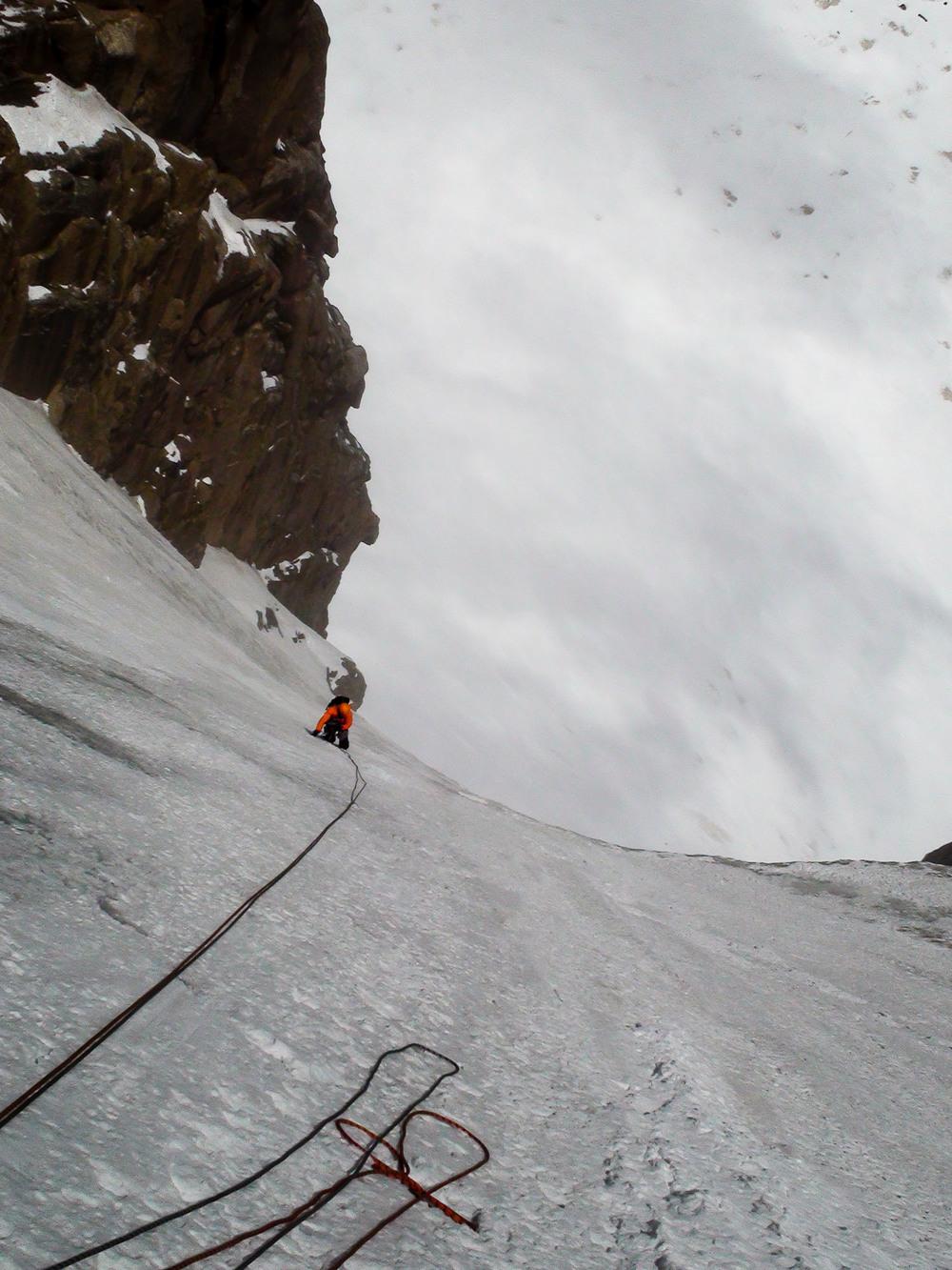 V neizprosno trdem ledu so nama meča na nogah dobesedno gorela!