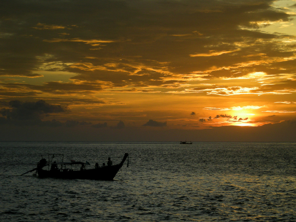 Ribiči in sončni zahod v Andamanskem morju.