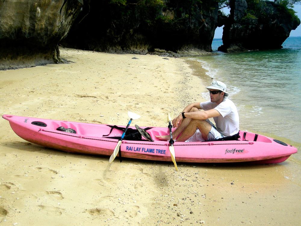 Na skriti plaži z zlatorumenim koralnim peskom in eksotičnimi živalskimi vrstami.