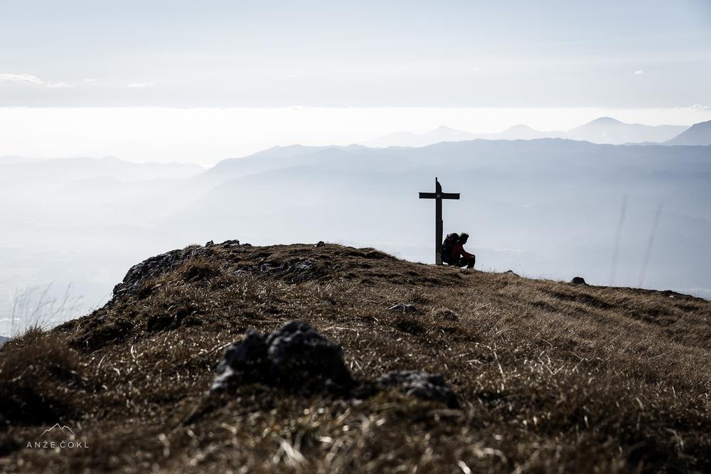 Počitek ob križu malo pod vrhom Potoškega Stola.