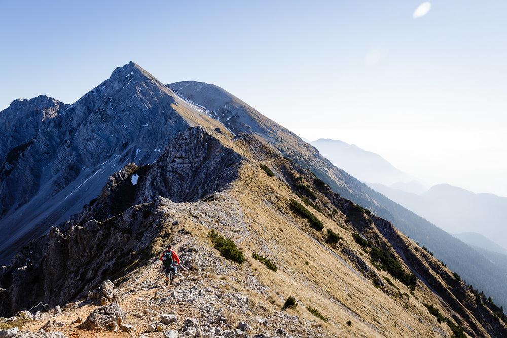 Danijel po grebenu naprej proti vrhu Stola