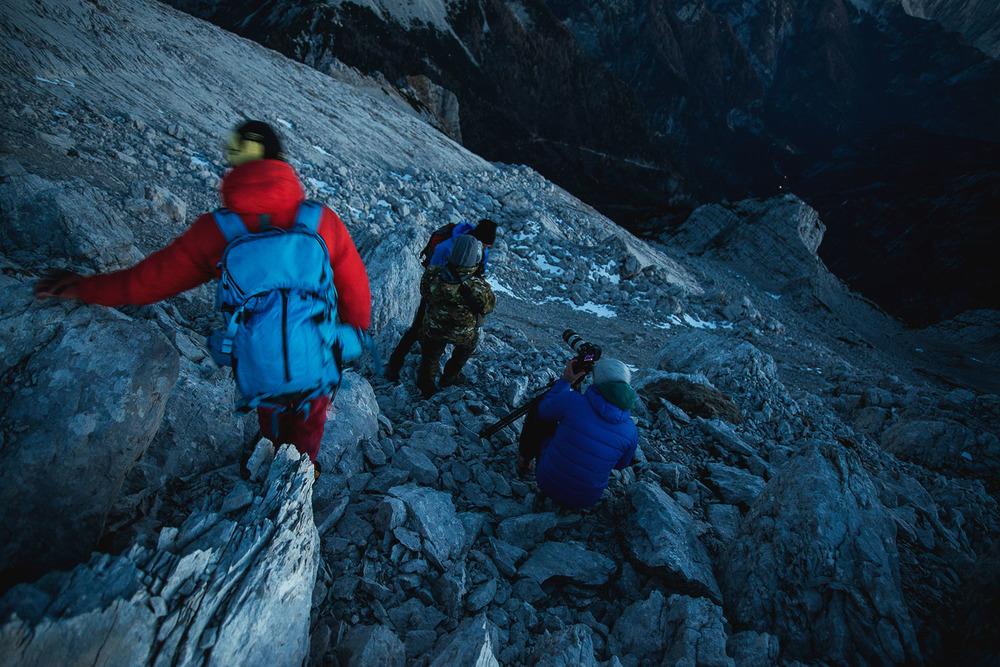 Snemanje poškodovanca pod grebenom.Foto: Peter Podobnik