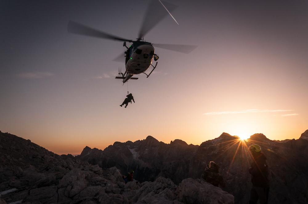 S helikopterja se spušča reševalec. Foto: Rok Potočnik.