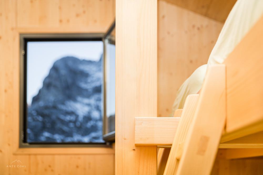 Jutranji pogled skozi okno bivaka.