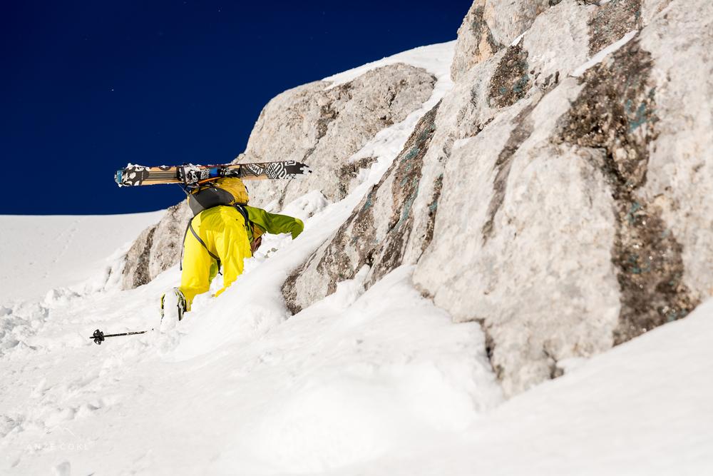 Zadnji ubijalski koraki v globokem snegu tik pred vrhom.