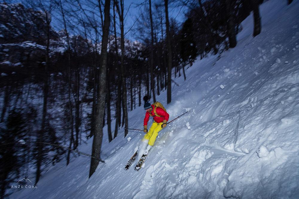 Pobijanje v težkem snegu s skorjo nižje v gozdu pod 1400 m nmv.