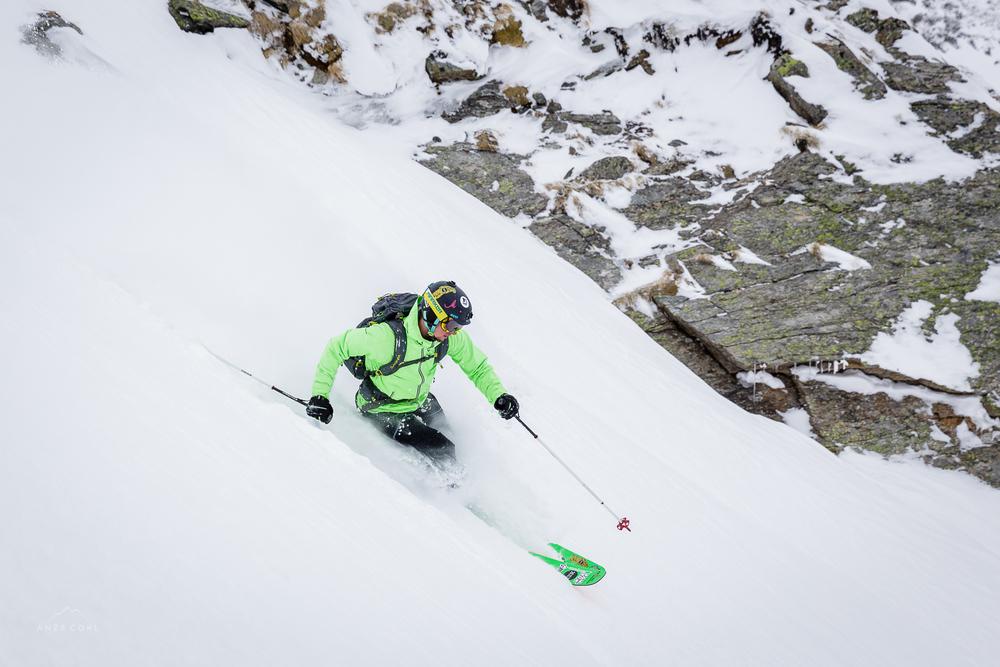 Prvi na vrhu - prvi v koluarju! Neverjetno dober in suh sneg, a žal tudi slabo sprijet s podlago.